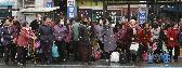 버스를 기다리는 사람들